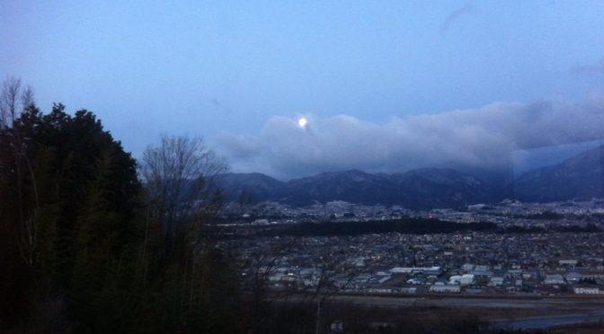 大きな月が見え隠れ